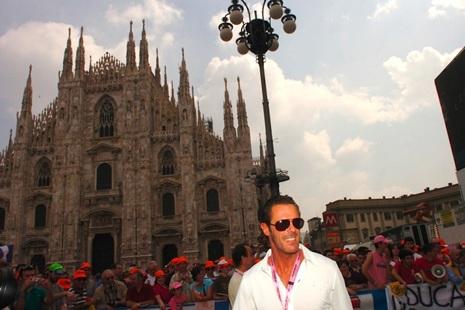 Super MArio ispred milanske katedrale